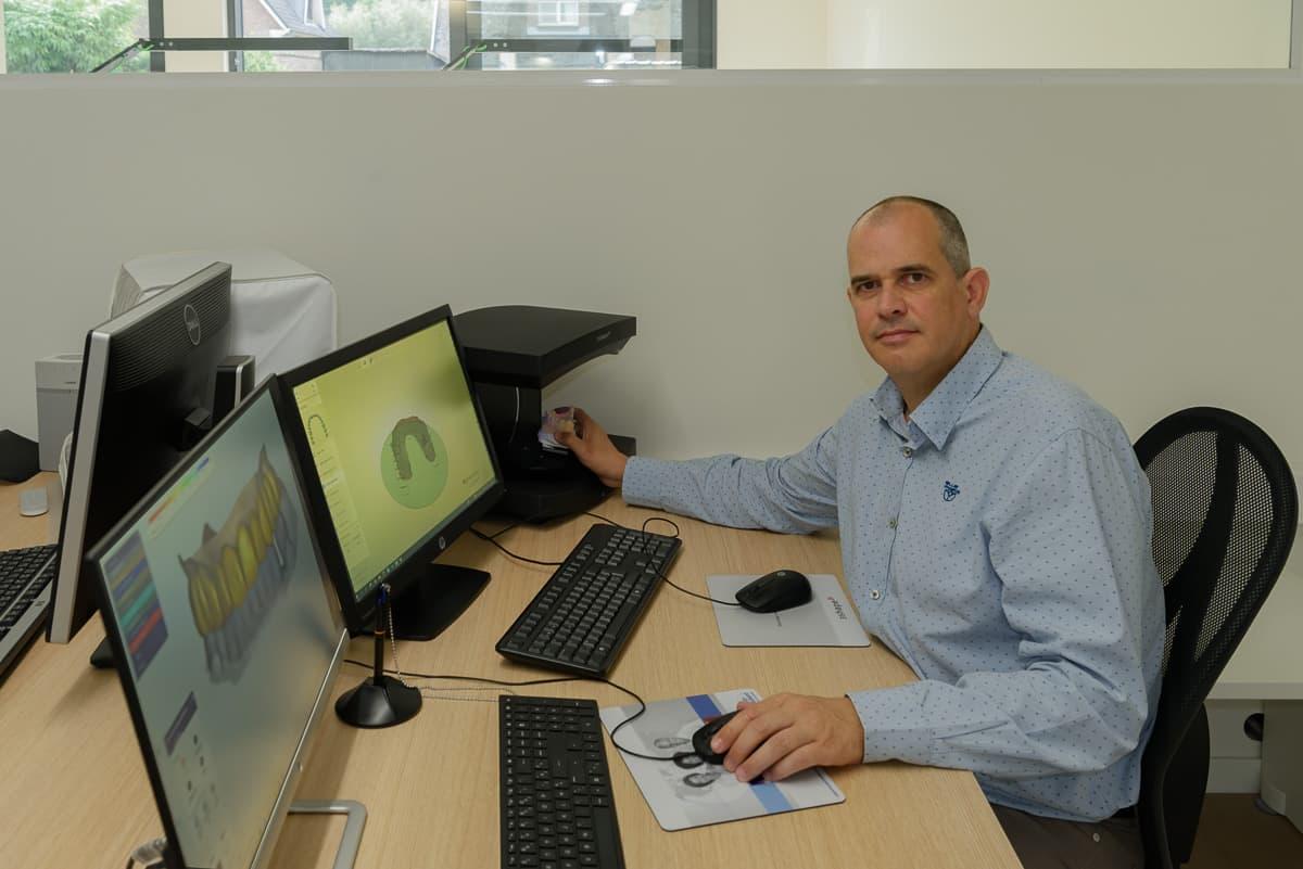 Pieter Ghysens aan het werk achter een computer
